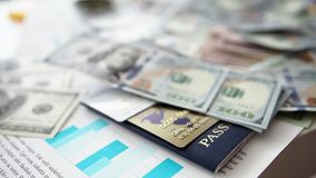 Grande quantità di valuta di carta degli Stati Uniti che cade da sopra l'ordine dentro casuale stock footage