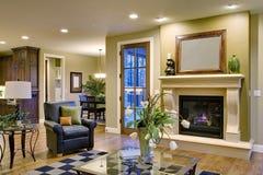 Grande quarto com chaminé e vista da cozinha Imagens de Stock Royalty Free