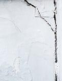 Grande quebra no muro de cimento branco Fotografia de Stock