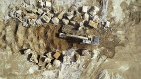 Grande ?rea de demoli??o - maquinaria dos restos e de constru??o, escavadora video estoque