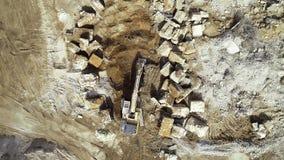 Grande ?rea de demoli??o - maquinaria dos restos e de constru??o, escavadora filme