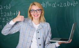Grande risorsa per gli insegnanti Concetto d'istruzione online Signora abile astuta dell'educatore con la ricerca moderna del com fotografie stock