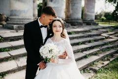 Grande ritratto di una coppia di nozze vicino al vecchio castello fotografie stock