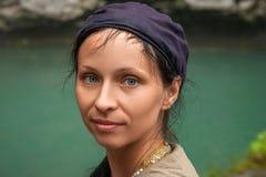 Grande ritratto di una donna contro un lago del turchese fotografia stock libera da diritti