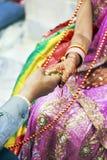 Grande ritual hindu do casamento amarrado toda acima Foto de Stock
