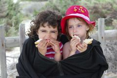 Grande rivestimento delle sorelle di estate dell'involucro freddo affamato di giorno Immagini Stock Libere da Diritti