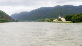 Grande rivière dans une vallée européenne Photo libre de droits