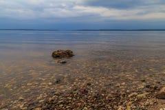 Grande rivière russe Volga, un jour d'été nuageux Images stock