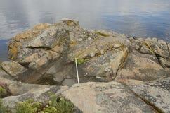 Grande roccia alla riva Immagini Stock Libere da Diritti