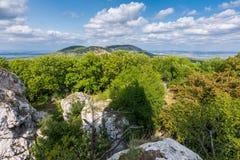 Grande roccia bianca sulla collina, sulla repubblica Ceca di Palava, sulla collina della foresta e sul cielo blu immagine stock libera da diritti