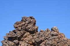 Grande roccia con cielo blu Immagini Stock