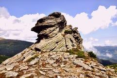 Grande roccia contro il cielo fotografia stock