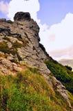 Grande roccia contro il cielo immagini stock libere da diritti