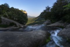 Grande roccia, corrente & flora generosa fotografie stock