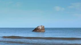 Grande roccia in mare
