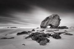 Grande roccia nel mare Fotografie Stock Libere da Diritti