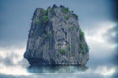 Grande roccia nel mare fotografia stock libera da diritti