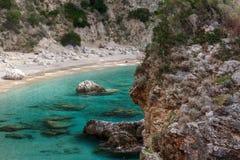 Grande roccia nella priorità alta Baia del mare fotografia stock