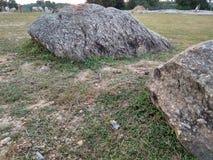 Grande roccia nella terra Fotografie Stock