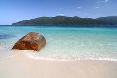 Grande roccia rossa sulla spiaggia bianca Immagine Stock Libera da Diritti