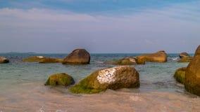 Grande roccia sulla spiaggia Immagini Stock Libere da Diritti