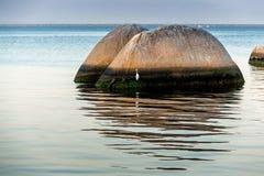 Grande roccia sulla spiaggia Immagine Stock