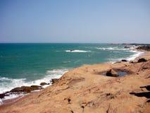 Grande rocha perto da praia imagens de stock