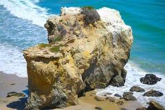 Grande roche à la plage Images libres de droits