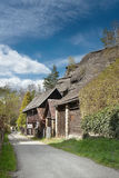 Grande roche au-dessus des cottages dans le village Karba dans le kraj de Machuv de secteur de touristes du paysage de Tchèque de Photo stock