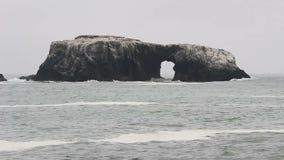 Grande roche avec le jour la Californie du nord de croisement de voûte clips vidéos
