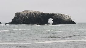 Grande roche avec le jour la Californie du nord de croisement de voûte banque de vidéos