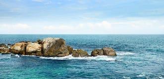 Grande roche dans l'océan Image libre de droits