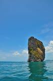 Grande roche dans l'océan Photographie stock libre de droits