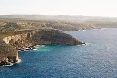 Grande roche faisant face à la mer photographie stock libre de droits