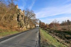 Grande roche la maison une route secondaire Photo stock