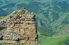 Grande roche orange dans une forêt Image stock