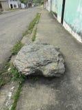 Grande roche sur le trottoir photographie stock libre de droits