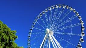 Grande roda de ferris branca com o céu azul claro em Southbank, Brisbane vídeos de arquivo