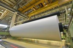 Grande rolo de papel em um guindaste em um moinho para a produção de p fotografia de stock