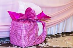 Grande rosa presente con l'arco rosa Fotografie Stock