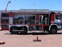 Grande rosso speciale con l'automobile blu del fuoco, motore per salvare la gente con i lati e le attrezzature aperti di estinzio immagine stock libera da diritti