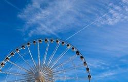 Grande rotella di ferris sulla priorità bassa del cielo blu Fotografia Stock