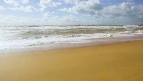 Grande rottura delle onde della tempesta circa la sabbia archivi video