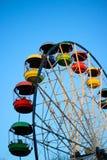 Grande roue avec des cabines de couleur, parc d'attractions Photos stock