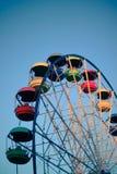 Grande roue avec des cabines de couleur, parc d'attractions Image libre de droits