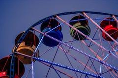 Grande roue avec des cabines de couleur, parc d'attractions Images libres de droits
