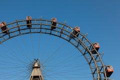 Grande roue avec des cabines rouges en parc de Prater, Vienne Photographie stock