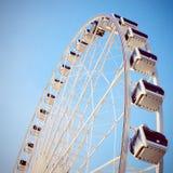Grande roue avec le ciel bleu clair, rétro effet de filtre photographie stock