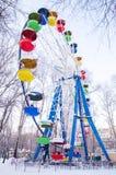 Grande roue avec les cabines colorées sous la neige fermée Photos libres de droits