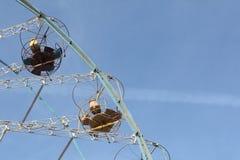 Grande roue avec les carlingues ouvertes rondes contre du ciel bleu Photo libre de droits
